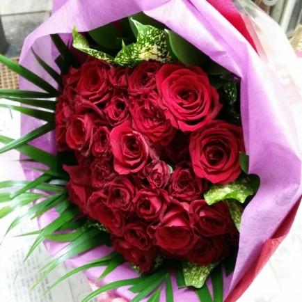 赤バラと赤のスプレーバラのフラワーブーケ