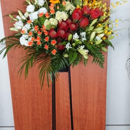 大阪城ホールへイベントのお祝いスタンド花